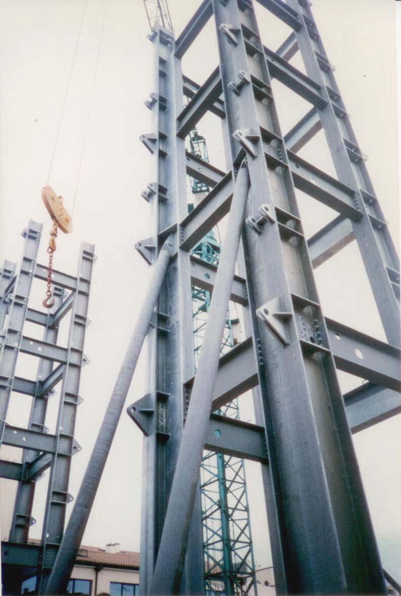 """A.Str.A"", organismo residenziale a struttura metallica con solai appesi"